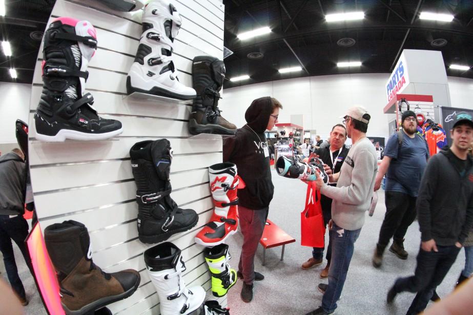 <strong>L'équipement -</strong> Quel manteau, quel casque, quels gants ou quelles bottes devrait-on choisir? Avoir autant de choix à sa portée est réellement unique au salon. Pour qui cherche à s'équiper, l'occasion est donc parfaite de se renseigner et d'essayer les produits de différentes marques. Pour qui cherche une bonne affaire, plusieurs concessionnaires locaux offrent des «spéciaux salon» parfois très intéressants. (Photo : Parts Canada)
