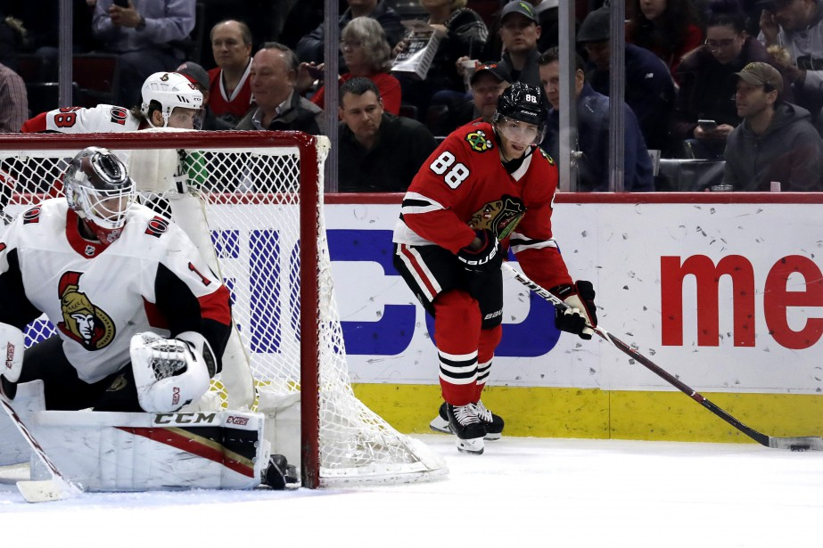 Patrick Kane et Mike Condon... (Photo Nam Y. Huh, AP)