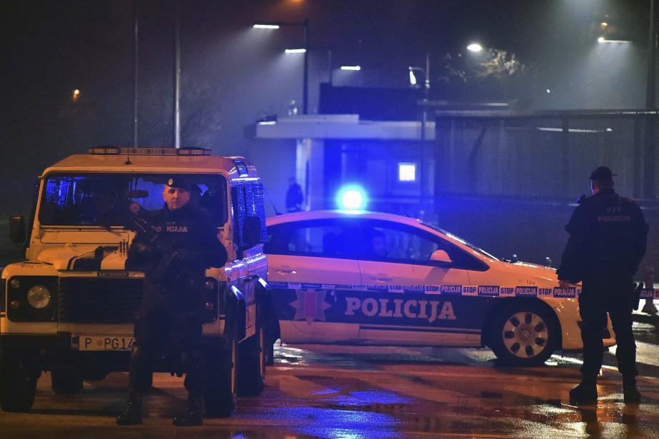 Des policiers bloquent l'accès à l'ambassade américaine située... (Photo Risto Bozovic, AP)