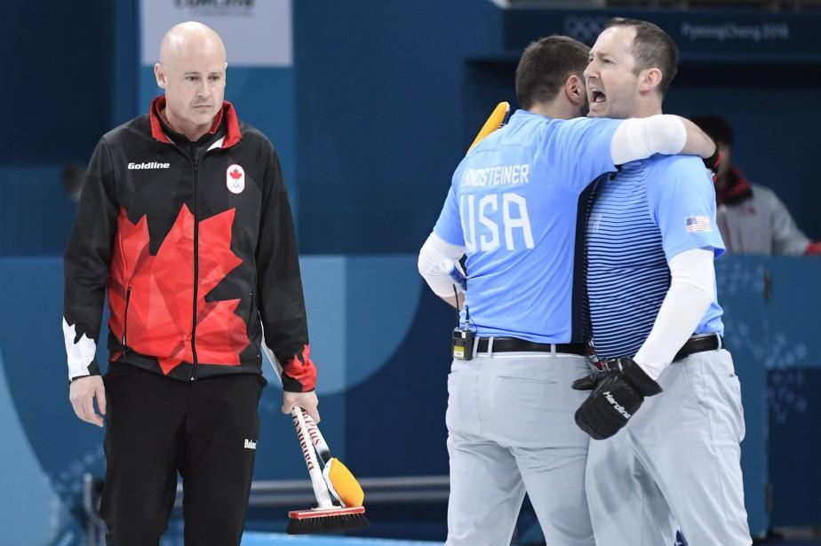 Le capitaine canadien Kevin Koe (à gauche) s'est... (Photo Nathan Denette, La Presse canadienne)