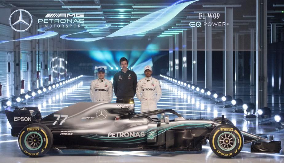 Le pilote finlandais Valtteri Bottas (à g.), le pilote britannique Lewis Hamilton (à d.) et le directeur général de l'écurie Mercedes AMG Toto Wolff posent derrière la W09 EQ Power+ au circuit de Silverstone, près de Towcester, au centre de l'Angleterre. | 22 février 2018