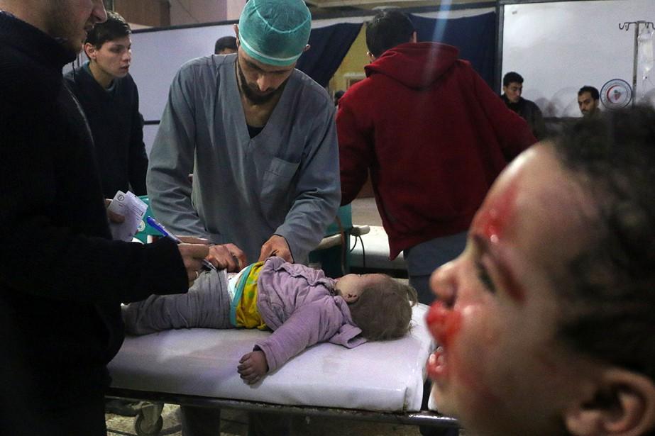 Un médecin soigne un enfant blessé dans les... (Hamza AL-AJWEH, AFP)