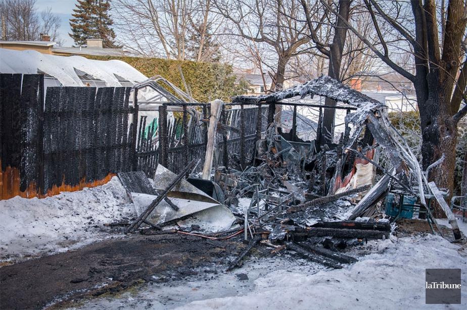 Les incendies ont été allumés dans des automobiles... (Photo La Tribune)