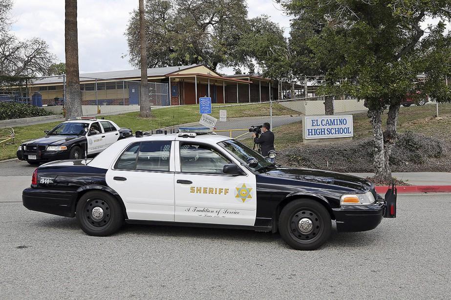 Sur cette photo, des voitures de police sont... (Reed Saxon, archives AP)