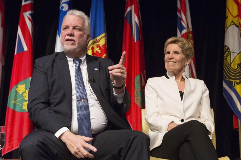 Le premier ministre du Québec Philippe Couillard et... (PHOTO Chris Young, ARCHIVES LA PRESSE CANADIENNE)
