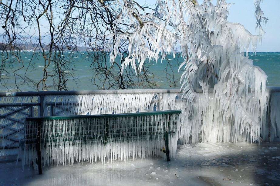 De la glace s'est formée sur une barrière... (PHOTO DENIS BALIBOUSE, REUTERS)