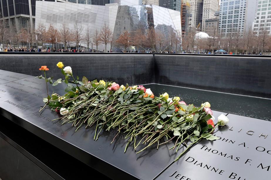 Des roses ont été déposées sur le mémorial... (PHOTO RICHARD DREW, ASSOCIATED PRESS)