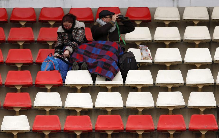 Un couple de fans très courageux et équipé d'une couverture a assisté à la deuxième journée d'essais hivernaux, qui n'ont jamais aussi bien porté leur nom que cette année. L'Europe est congelée par une vague de froid qui a fait descendre la température au point de congélation au Circuit de Catalogne au petit matin. | 27 février 2018