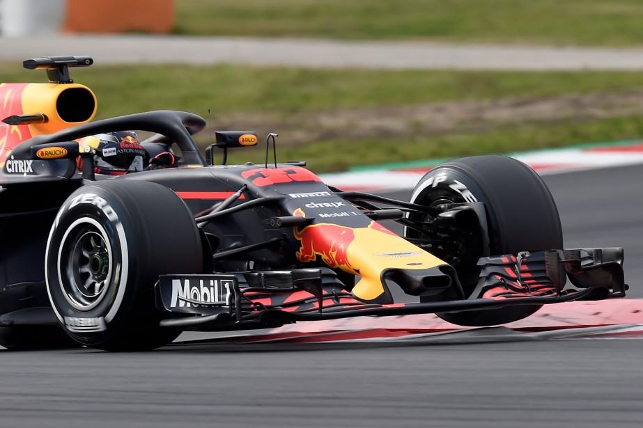 La Red Bull de Max Verstappen a fait seulement quelques tours avant qu'une fuite d'huile oblige un retour au paddock. | 27 février 2018