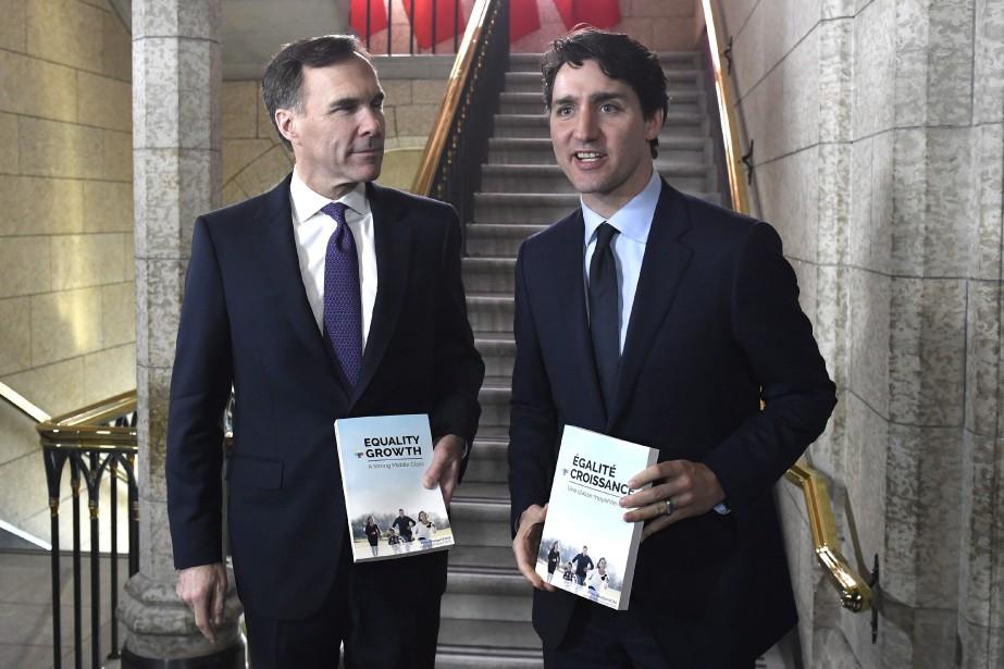 Bill Morneau et Justin Trudeau... (Photo Justin Tang, La Presse canadienne)