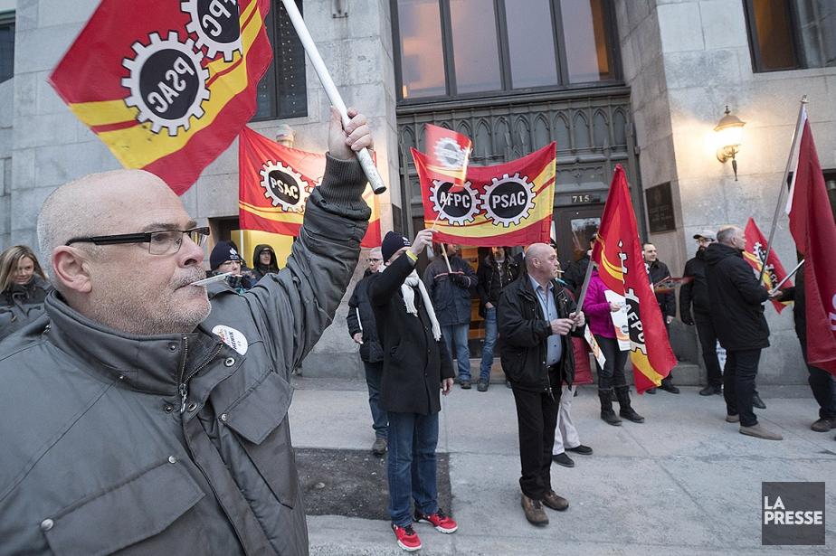 Une centaine d'employés fédéraux ont exprimé leur colère... (Patrick Sanfaçon, La Presse)