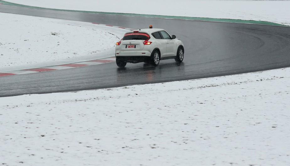 Dès que la neige a cessé, les officiels chargés de la sécurité du Circuit de Catalogne ont examiné l'état de la piste. | 28 février 2018