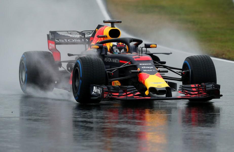 Après la neige, la pluie. Les essais ont repris durant l'heure du repas. Ci-haut, la Red Bull de Daniel Ricciardo soulève un nuage de bruine. | 28 février 2018