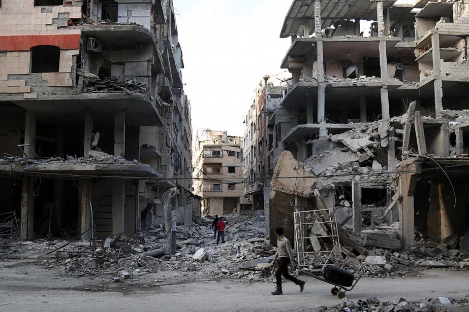 «Les forces loyalistes ont intensifié leurs attaques au... (PHOTO AMMAR SULEIMAN, AGENCE FRANCE-PRESSE)