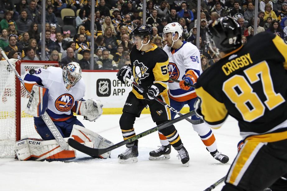 Sidney Crosby lance au but.... (AP)