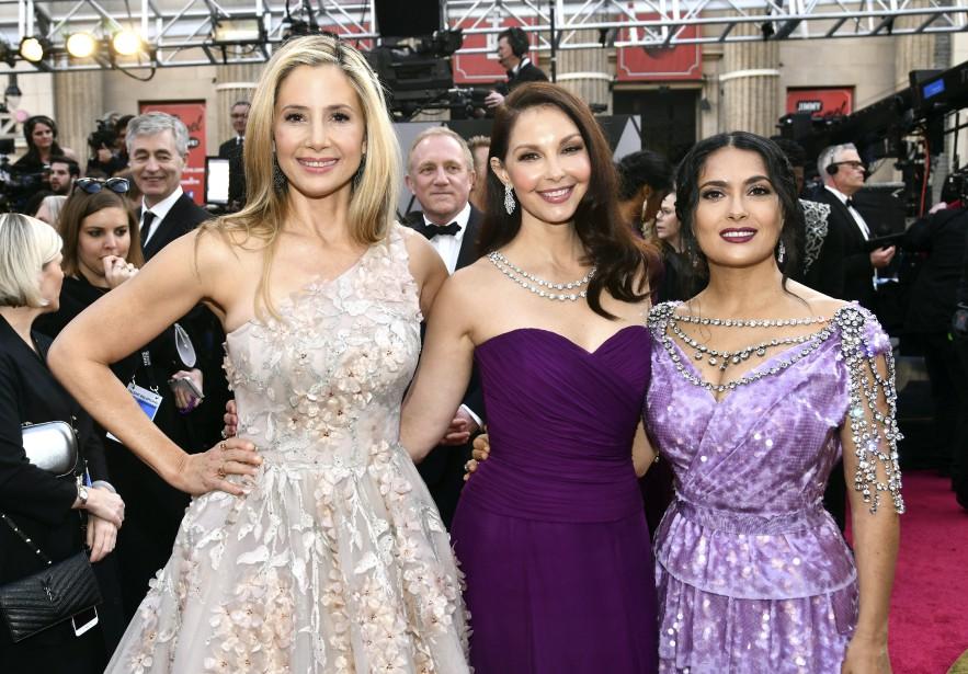 Mira Sorvino, Ashley Judd et Salma Hayek ont été les reines du tapis rouge avant le début de la cérémonie des Oscars. (AP)