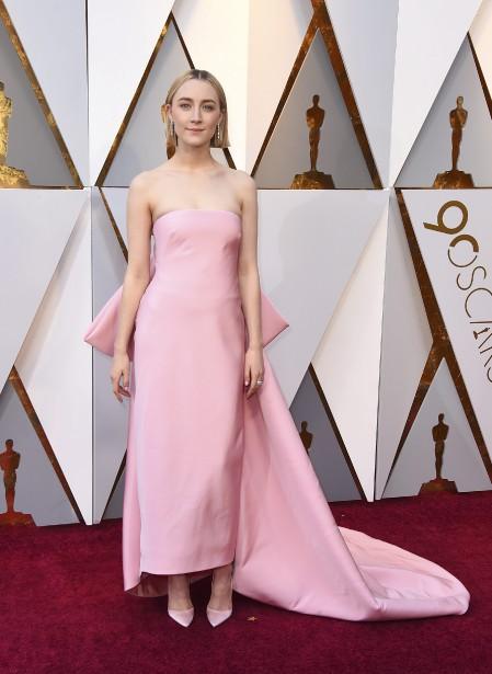 Nommée dans la catégorie du meilleur premier rôle féminin ( Lady Bird ), Saoirse Ronan a opté pour une robe rose pâle à longue traîne et noeud dans le dos, signée Calvin Klein.  | 4 mars 2018
