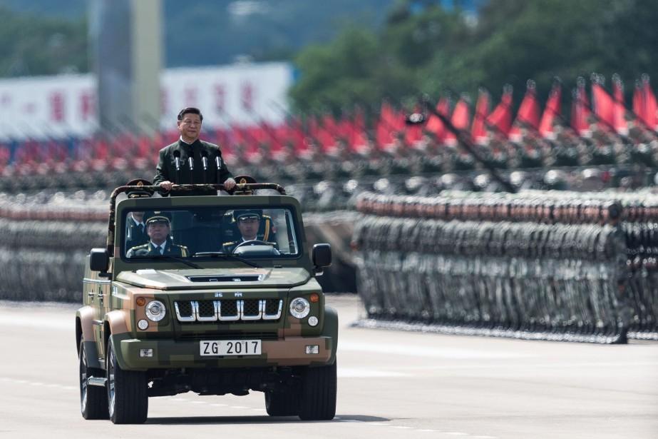 Xi Jinping passe en revue les troupes chinoises.... (AFP)