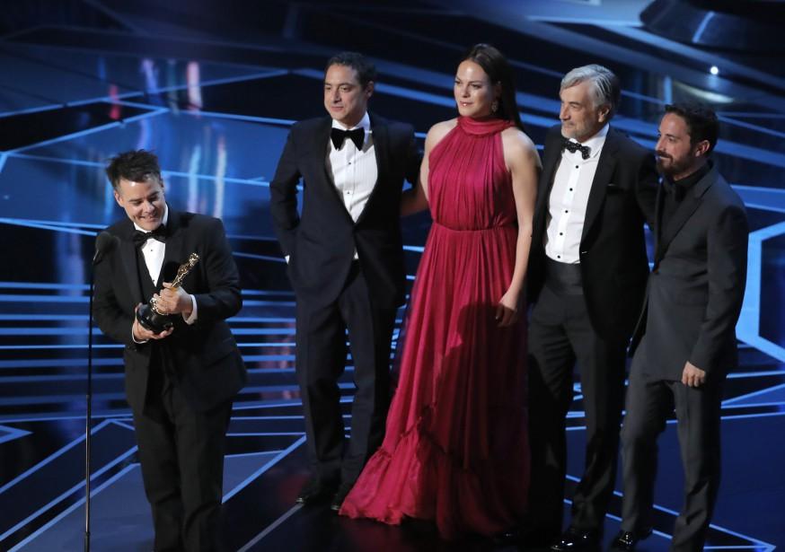 Le réalisateur chilienSebastián Lelio tient l'Oscar du meilleur film en langue étrangère : <em>A Fantastic Woman</em>. (REUTERS)