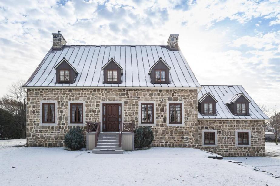 La façade évoque les belles normandes en pierres... (Photo fournie par Sotheby's International Realty et les propriétaires)