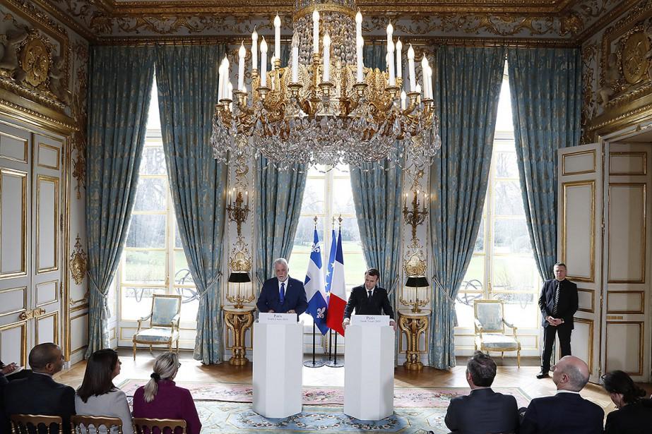 Philippe Couillard et Emmanuel Macron lors de leur... (Gonzalo Fuentes, via AP)