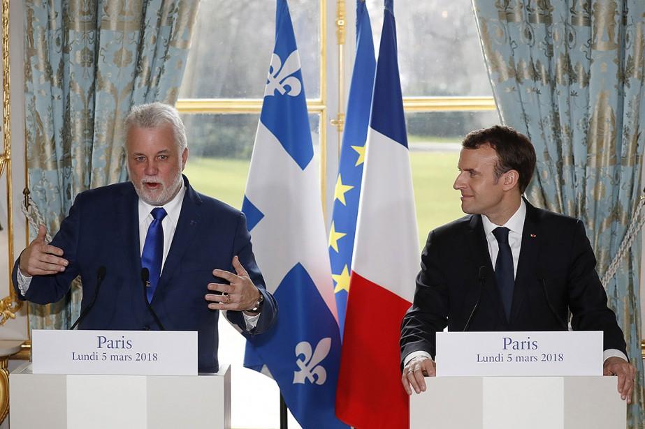 Philippe Couillard et Emmanuel Macron, à Paris.... (Gonzalo Fuentes, AP)