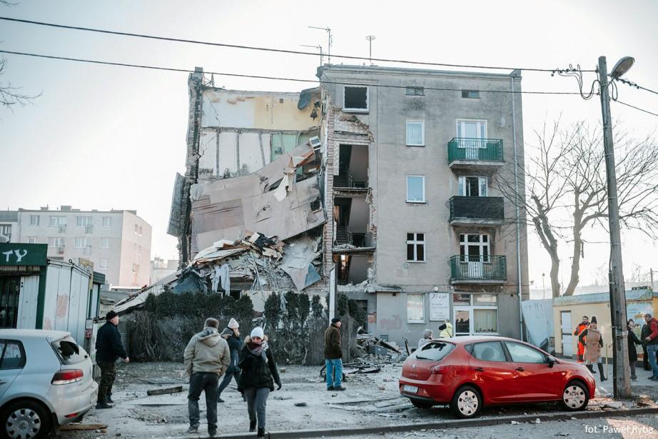 L'immeuble de 18 logements s'est écroulé tôt dimanche... (Photo Reuters)