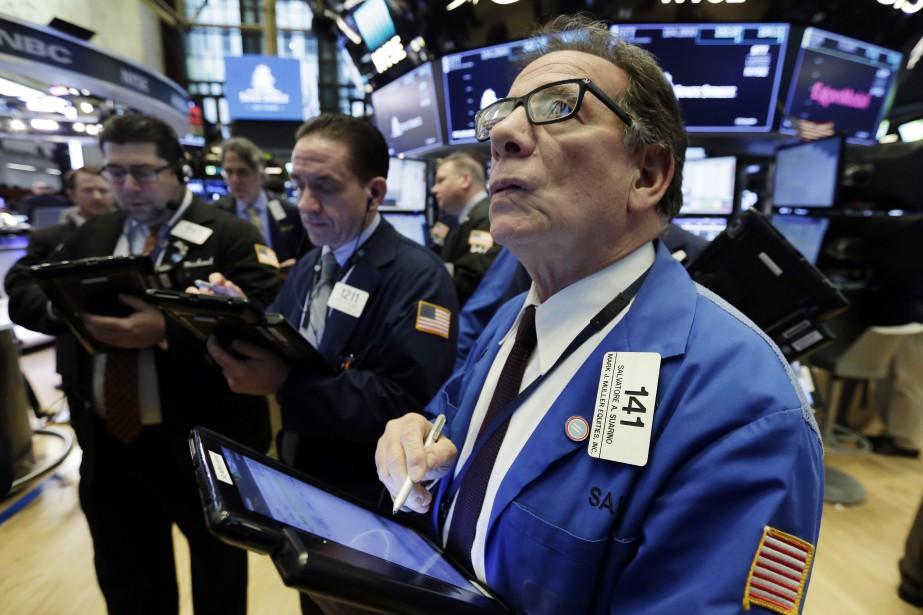 Le Dow Jones a grimpé de 1,37%, lundi,... (Photo Richard Drew, AP)
