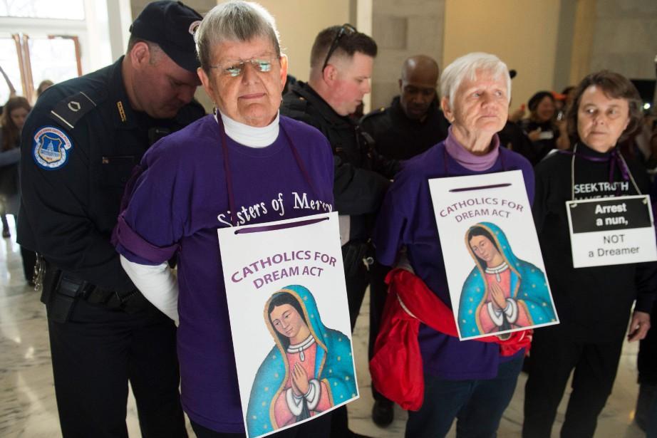 Des membres d'une congrégation catholique qui manifestent en... (PHOTO AFP)