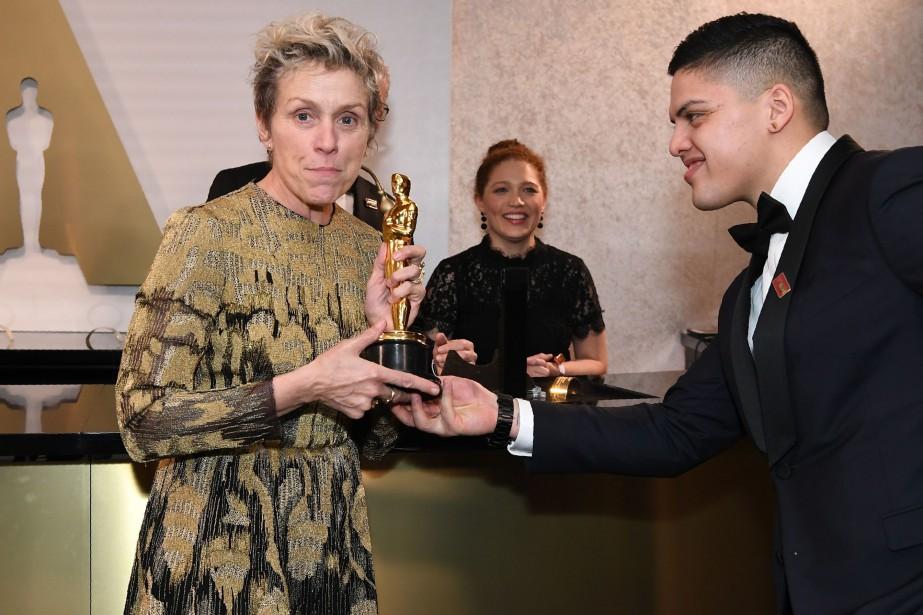 Frances McDormand montre son Oscar lors du bal... (PHOTO AFP)