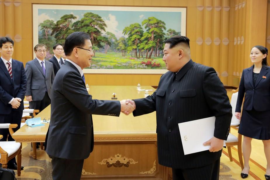 Leconseiller présidentiel sud-coréen Chung Eui-yong (à gauche) serre... (PHOTO REUTERS)
