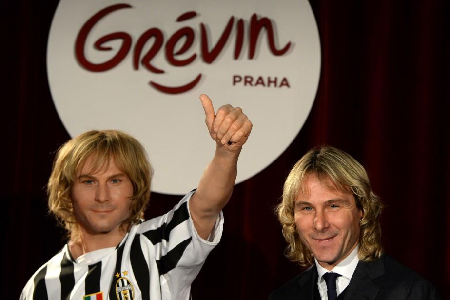 Pavel Nedved prend la pose à la droite... (Photo Michal Cizek, archives Agence France-Presse)