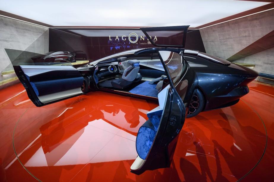 Le prototype Lagonda Vision offre un espace intérieur considérable, compte tenu de la taille moyenne du véhicule. Aston-Martin prévoit lancer deux véhicules de sa sous-marque Lagonda entre 2021 et 2022. (photo AP)