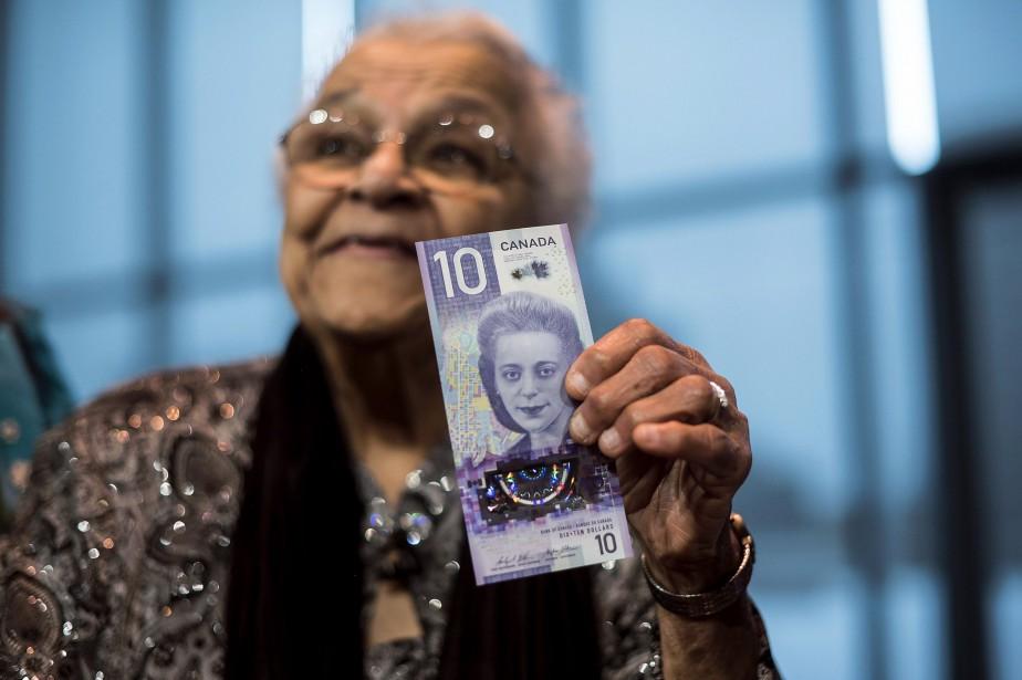 Wanda Robson, la soeur de Viola Desmond, tient... (Photo Darren Calabrese, La Presse Canadienne)