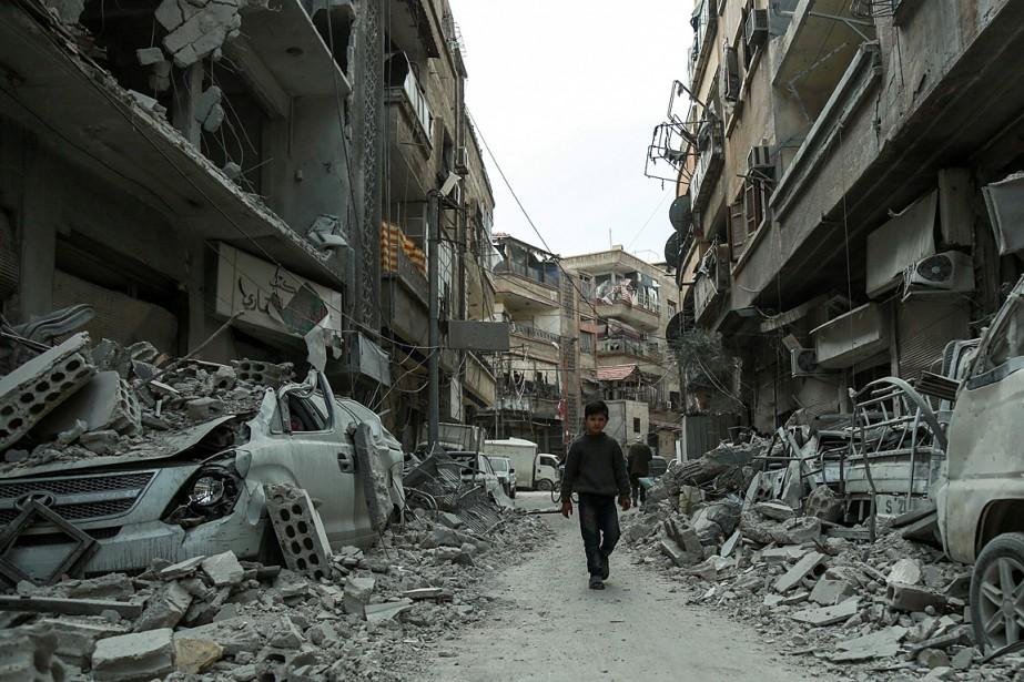 Un enfant marche dans une rue de Douma,... (PHOTO HAMZA AL-AJWEH, AGENCE FRANCE-PRESSE)