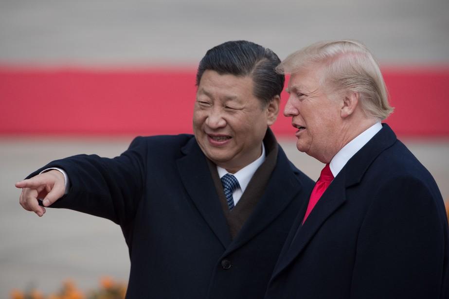 Les présidents chinois Xi Jinping (L) et américain... (Photo NICOLAS ASFOURI, AFP)