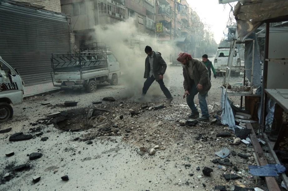 Les bombardements touchent tout, sans répit dans la... (PHOTO AFP)