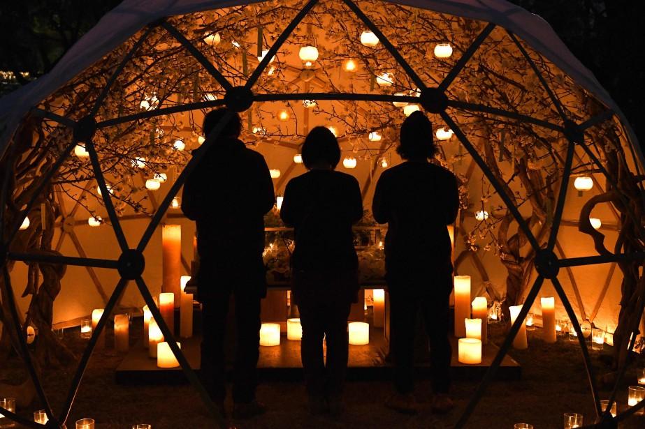 Des Japonais devant une installation en hommage aux... (Photo Toshifumi Kitamura, Agence France-Presse)