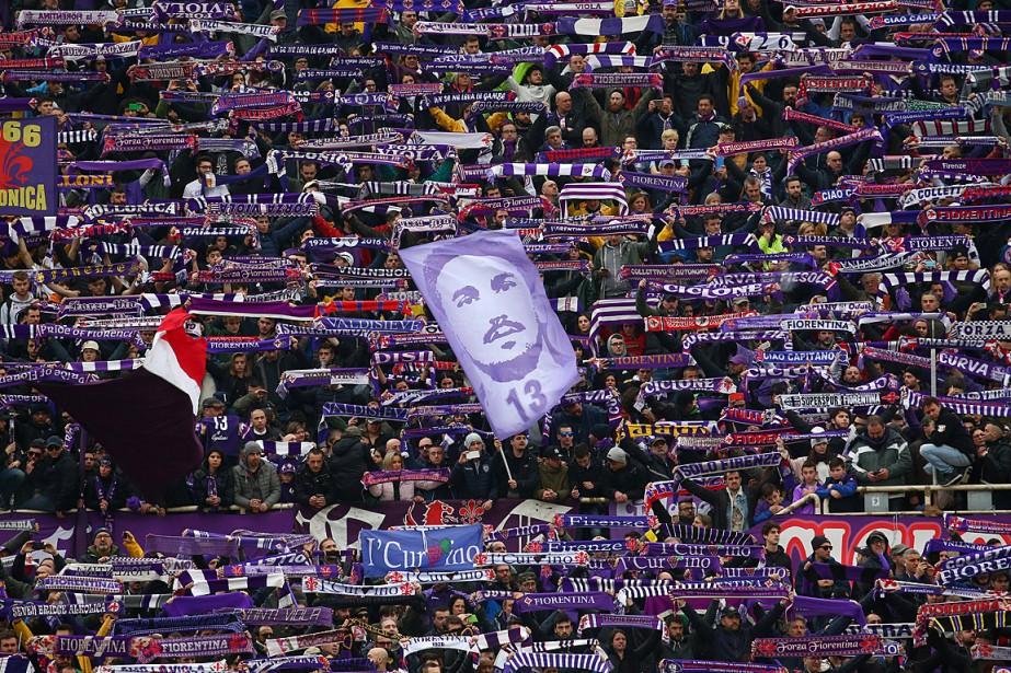 Les écharpes violettes ont été brandies et les... (PHOTO ALESSANDRO BIANCHI, REUTERS)
