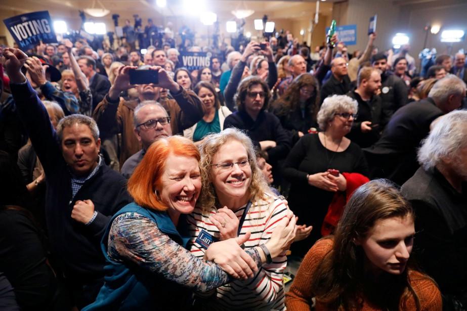 Des partisans du démocrate Conor Lamb suivaient les... (PHOTO REUTERS)