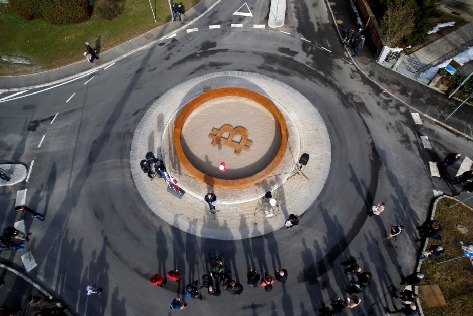 Le monument se compose d'un anneau en acier... (Photo Borut Zivulovic, REUTERS)