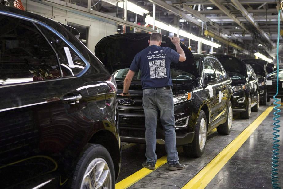 Les ventes de véhicules automobiles ont reculé de... (Photo Chris Young, Archives La Presse canadienne)