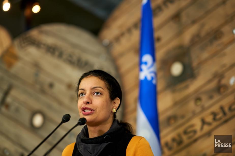 En mêlée de presse, la ministre de l'ÉconomieDominique... (Photo André Pichette, La Presse)