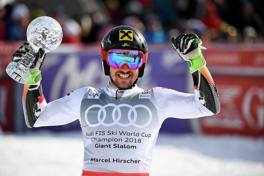 Marcel Hirscher pose fièrement avec son petit globe... (PHOTO ANDERS WIKLUND, TT NEWS AGENCY VIA REUTERS)