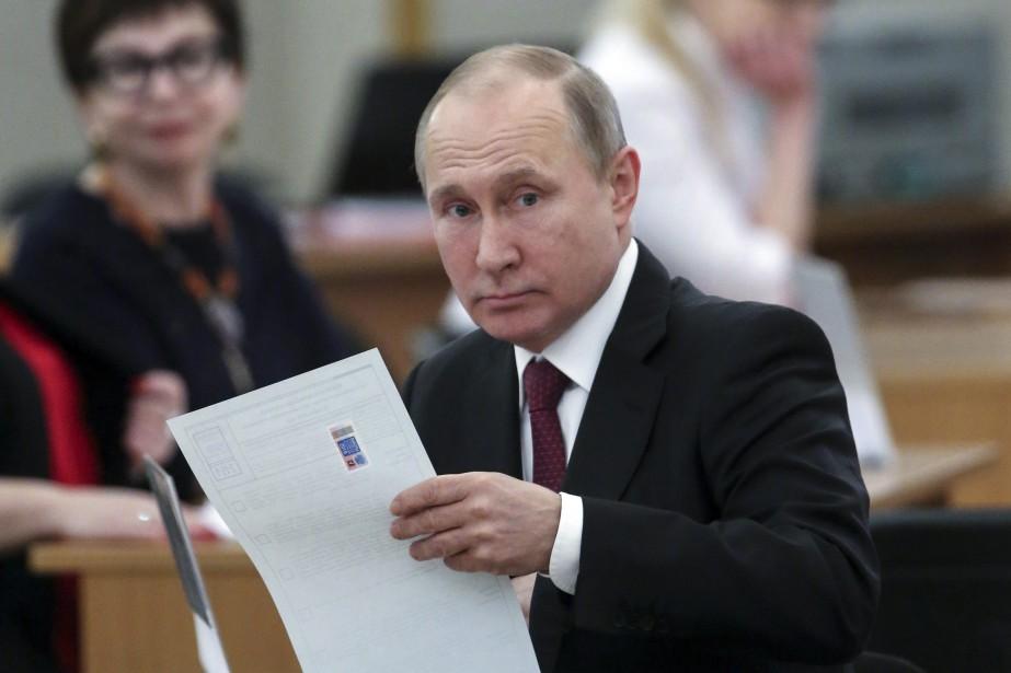 Vladimir Poutine se prépare à déposer son bulletin... (PHOTO AP)