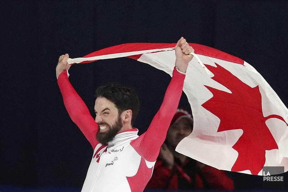 Charles Hamelin célèbre sa victoire, dimanche, à l'aréna... (PHOTO ROBERT SKINNER, LA PRESSE)