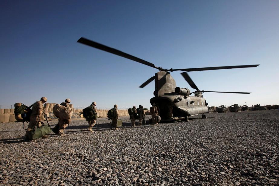Des soldats canadiens embarquent dans un hélicoptère Chinook... (ARCHIVES REUTERS)