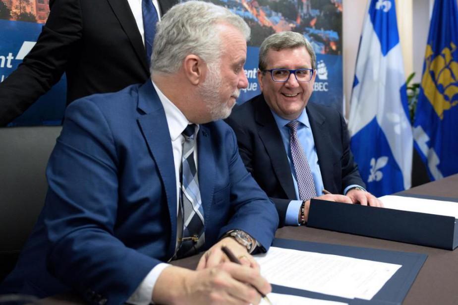 Le premier ministre Philippe Couillard et le maire... (Photo Le Soleil)