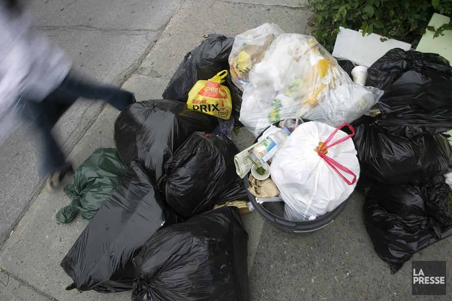 Sur cette photo, des sacs de déchets dans... (David Boily, archives La Presse)
