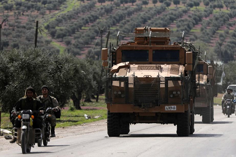 Un véhicule militaire turc circule à Afrine, le... (PHOTO KHALIL ASHAWI, REUTERS)